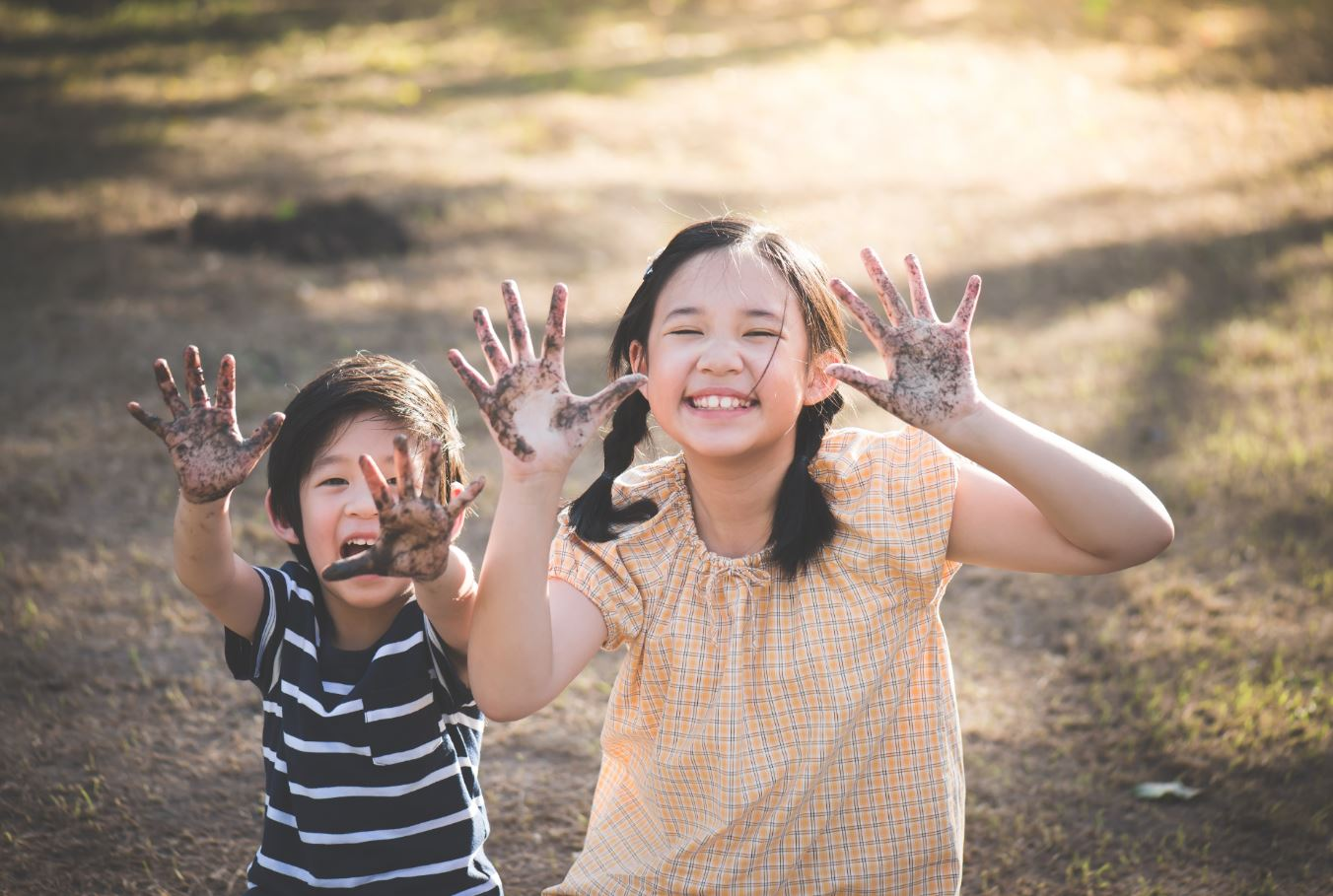 kids-playing-with-muddy-hands